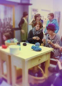 Kape za dober namen: delavnica pletenja in kvačkanja kap